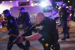 อเมริกาเดือดอีกรอบ เจ้าหน้าที่ถูกยิงเจ็บ 2 นาย หลังผู้ประท้วงออกมาชุมนุม แค้นไม่ฟ้องตำรวจยิงสาวผิวดำดับคาที่พัก
