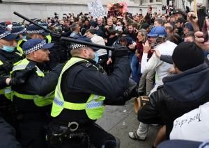 ผู้ชุมนุมไม่สวมหน้ากากปะทะตำรวจ ประท้วงขยายข้อจำกัดสกัดโควิด-19ในอังกฤษ