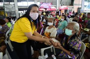 """รมช.แรงงานรับมอบไข่ไก่จากซีพีเอฟ หนุนโครงการ """"คลินิกพัฒนาฝีมือแรงงานเคลื่อนที่ เพื่อคนไทยมีงานทำ"""""""