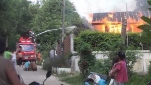 ไฟไหม้บ้านที่มุกดาหาร เด็ก 3 ขวบดับคากองเพลิง ยายเผยพยายามช่วยแต่ประตูถูกล็อก