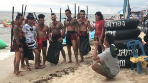 นักรบบางระจันโผล่เก็บขยะหาดบางแสน ทำนักท่องเที่ยวแห่ถ่ายภาพ