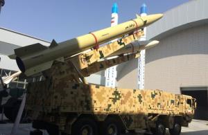 """ขีปนาวุธ """"โซลฟาการ์ บาซีร์"""" ซึ่งถูกระบุว่าเป็นขีปนาวุธยิงจากเรือของอิหร่าน จำนวน 2 ลูก ติดตั้งบนฐานยิงเคลื่อนที่ได้  ถูกนำออกมาโชว์เมื่อวันอาทิตย์ (27 ก.ย.) (ภาพจากสื่อของทางการอิหร่าน)"""