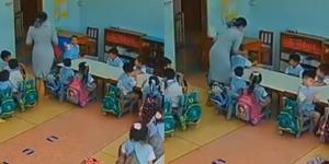 """โผล่อีกคลิป! """"ครูจุ๋ม"""" ป้ายสิ่งแปลกปลอมบนใบหน้าเด็กนักเรียน ครูคนอื่นยืนหัวเราะชอบใจ"""