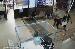 (แฟ้มภาพ) ภาพจากกล้องวงจรปิด ขณะนำตัวผู้บาดเจ็บส่งรักษาที่โรงพยาบาลดอนตาล จ.มุกดาหาร