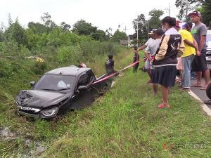 กระบะโหลดเตี้ยซิ่งบนถนนในหมู่บ้านเมืองคอน แหกโค้งชนหนุ่มขี่ จยย.ดับสลดคาที่