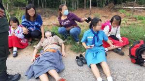 เก๋งเร่งแซงโค้งมุกดาหาร-ดอนตาล ประสานงารถตู้นักเรียน คนขับดับคาพวงมาลัย เด็กบาดเจ็บ 20 คน