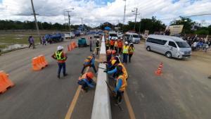 """""""อนุทิน"""" นำทีมตัดริบบิ้นนำร่องใช้ยางพาราเพิ่มความปลอดภัยบนถนนอุทัยธานี"""