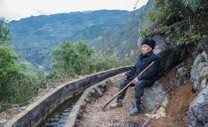 """หวง ต้าฟาในวัย 85 ปี กับ """"คลองต้าฟา""""วีรกรรมที่ทำชาวจีนซาบซึ้งและตะลึงลาน ถูกนำมาเผยแพร่และแบ่งปันในสื่อจีนครั้งแล้วครั้งเล่า ภาพ พ.ค.2020"""