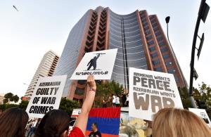 ผู้ประท้วงถือป้ายเขียนข้อความต่อต้านอาเซอร์ไบจาน ชุมนุมกันที่ด้านนอกสถานกงสุลใหญ่ของอาเซอร์ไบจาน ในเมืองลองแองเจลิส สหรัฐฯ วันพุธ (30 ก.ย.) ในการประท้วงซึ่งจัดขึ้นโดยสหพันธ์เยาวชนชาวอาร์เมเนีย
