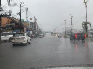 ฝนหนัก 2 ชม. ทำเขตตัวเมืองตราดเจอน้ำรอระบายเอ่อท่วมถนนหลายสาย