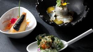 """ลองไปชิมอาหารไทย สไตล์ไฟน์ ไดนิ่ง ฝีมือเชฟดีกรี มิชลิน 1 ดาวที่ """"รอยัล โอชา"""""""