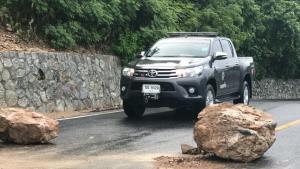 ดินเขาสามมุขอุ้มน้ำไม่ไหวหลังฝนหนักต่อเนื่อง ทำหินขนาดใหญ่สไลด์ขวางถนน