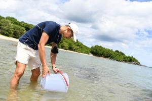 """สาระ ล่ำซำ ร่วมอนุรักษ์ทะเลไทยในโครงการ """"สร้างบ้านปลา อนุรักษ์พันธุ์หมึกหอม"""""""