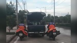 ชื่นชม! 2 บุรุษไปรษณีย์ ขี่ จยย.ใช้เท้ายันรถกระบะลุงวัย 70 ปี จอดเสียข้างทางไปส่งถึงอู่