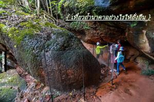 หินหัวงู 1 กับฉากใสป้องกันคนไปสัมผัส ที่ดูค้ลายใส่เฟซชิลด์ (ภาพ : เพจ Buengkan day)