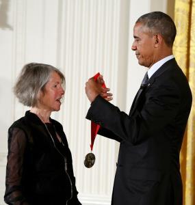 "In Clip: นักกวีหญิงอเมริกัน ""โลอิซ กลุค"" คว้ารางวัลโนเบลสาขาวรรณกรรมปีนี้"