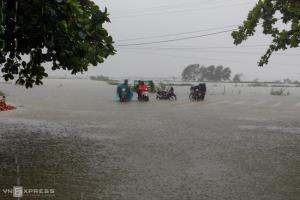เวียดนามอ่วม ฝนตกต่อเนื่องทำน้ำท่วมฮอยอัน-เว้ เร่งอพยพคนนับหมื่น