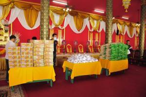 """""""โอบอุ้ม-เหมณรัศมิ์"""" ทำพิธีมังคลาภิเษกพระเจ้าตากสินฯ พร้อมบริจาคข้าวสาร-อาหารแห้ง ช่วย ปชช.กว่า 100 ครอบครัว"""