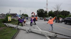 วัยรุ่นนครปฐมซิ่งกระบะเสียหลักชนเสาไฟฟ้าล้ม 10 ต้น รอดตายหวุดหวิด