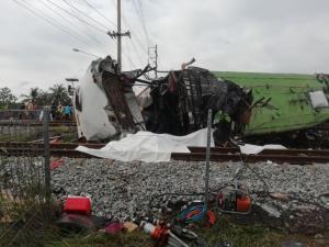 รถไฟชนรถบัสสายบุญทอดกฐินที่ฉะเชิงเทรา คาดเสียชีวิตกว่า 20 ราย
