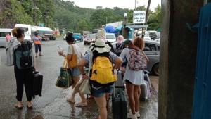 ท่องเที่ยวเกาะช้างคึกคักหลังสภาพอากาศเป็นใจ ทั้งกรุ๊ปทัวร์-อสม.แห่พักรับหยุดยาว