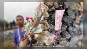 หดหู่! ภาพชาวบ้านช่วยกันเดินเก็บเงินทำบุญกฐิน เพื่อนำไปทำบุญแทนผู้เสียชีวิตเหยื่ออุบัติเหตุรถบัสชนรถไฟ