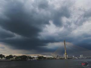 """ทั่วไทยฝนตกต่อเนื่อง-หนักบางแห่ง เตือนตะวันออก-อีสานตอนล่าง ฝนเพิ่มขึ้นจากพายุ """"หลิ่นฟา"""""""