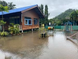 ประกาศปิด ร.ร.บ้านบนเขาแก่งเรียง จ.กาญจน์ หนีภัยน้ำท่วม 2 วัน