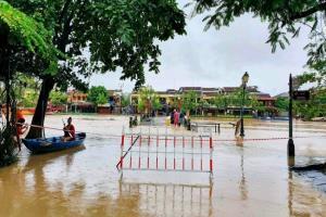 พายุฝนถล่มเวียดนามไม่หยุด เมืองท่องเที่ยวเว้-ฮอยอันยังจมน้ำ น้ำท่วมทำดับอย่างน้อย 18 สูญหายนับสิบ
