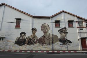 สตรีทอาร์ทภาพในหลวง ร.๙ บนกำแพงบ้านเลขที่ 100 จ.ภูเก็ต