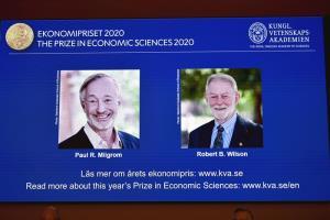 """2 นักเศรษฐศาสตร์อเมริกันได้รางวัลโนเบล จากผลงานปรับปรุงยกระดับ """"การประมูล"""" ที่ 'กูเกิล'นำไปใช้ขายโฆษณา และรัฐบาลทั่วโลกขายความถี่วิทยุ"""