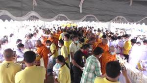 พสกนิกรชาวไทยร่วมทำบุญตักบาตร ถวายเป็นพระราชกุศลแด่ในหลวงรัชกาลที่ ๙