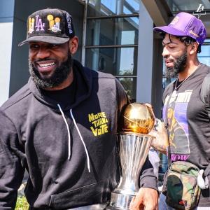 """""""คิงเจมส์"""" หอบแชมป์ NBA ถึงแอลเอ แต่ยังไม่จัดรถแห่ฉลองหวั่นแฟนๆ ติดโควิด"""