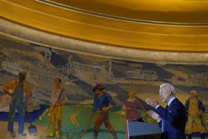 อดีตรองประธานาธิบดี โจ ไบเดน ผู้สมัครของพรรคเดโมแครต พูดปราศรัยที่ศูนย์พิพิธภัณฑ์ซินซินเนติ ในสถานีรถไฟนครซินซินเนติ รัฐโอไฮโอ เมื่อวันจันทร์ (12 ต.ค.)