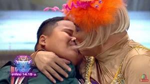 """""""น้องเฮอริเคน"""" แจงดรามาจูบปาก """"โหน่ง"""" ยันเตี๊ยมไว้แล้ว แค่ตกใจที่โดนจูบหลายครั้ง ร้องไห้ถูกเพื่อนล้อเป็นแฟนโหน่ง"""