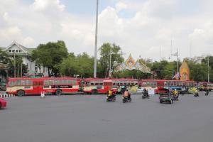 ตร.นำรถเมล์จอดขวางแยกผ่านฟ้าลีลาศ กันม็อบ 14 ตุลา ประชิดทำเนียบรัฐบาล