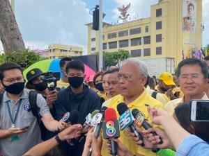 """""""สุเทพ"""" นำคณะใส่เสื้อเหลืองเฝ้าฯ รับเสด็จ ไม่กังวลปะทะม็อบ ชูเจตนาแสดงความจงรักภักดี"""