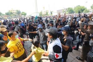ชุลมุนม็อบ 2 ฝ่ายปะทะกลางถนนอนุสาวรีย์ฯ เจ็บ 1 ราย