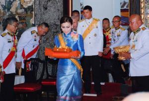 พระราชินี-เจ้าฟ้าทีปังกร เสด็จแทนพระองค์ถวายผ้าพระกฐินวัดราชโอรสารามและวัดอรุณฯ