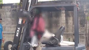 หนุ่มใหญ่ขับรถโฟล์คลิฟท์ปีนเก็บชมพู่ ก้าวพลาดถูกคันบังคับเลื่อนหนีบหัวดับข้างโรงงาน