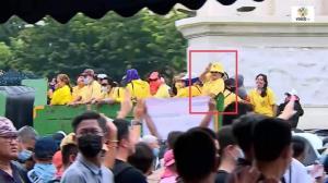 """คนสวมเสื้อสีเหลืองตีเนียน! ชู 3 นิ้วทักทายม็อบคณะราษฎร แถมตะโกน """"ผมถูกบังคับมา"""" (ชมคลิป)"""