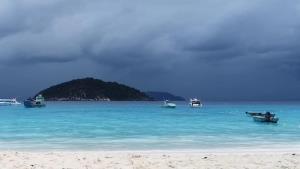 """ไม่เสี่ยง! """"เกาะสิมิลัน"""" ปิดชั่วคราวหลังคลื่นลมแรง ทำนักท่องเที่ยวชุดแรกผิดหวัง"""