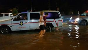 พบป้ายทะเบียนรถหล่นเกลื่อน หลังน้ำท่วมถนนเพชรเกษมชะอำ