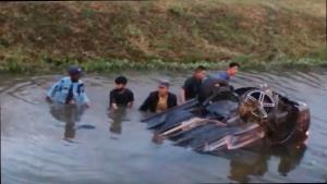 ชื่นชมกันกระหึ่ม! นายพลฮีโร่ ผบ.มทบ.32-พลขับ กระโดดน้ำช่วยคนขับเก๋งตกคลองข้างทางเชียงใหม่ รอดหวุดหวิด