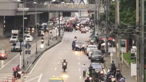 """กลุ่มนนทบุรีปลดแอก ชุมนุมนับพันคนขับไล่ """"บิ๊กตู่""""  บริเวณสถานีรถไฟฟ้า"""