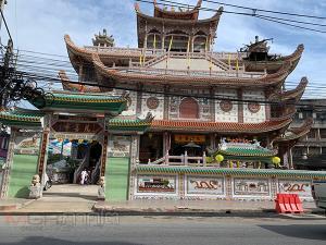 บรรยากาศกินเจที่หาดใหญ่วันที่ 2 ชาวไทยเชื้อสายจีนนุ่งขาวห่มขาวเข้าวัดไหว้เทพเจ้า