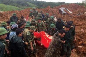 เกิดเหตุดินถล่มท่วมทับค่ายทหารในเวียดนาม ทำทหารดับ 5 สูญหายอีก 17
