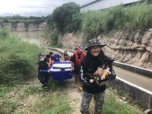 เจ้าหน้าที่กู้ภัยศีลธรรมสมาคมบ้านบึง ช่วยสุนัขตกบ่อดินสูงกว่า 20 เมตร ใน จ.ชลบุรี
