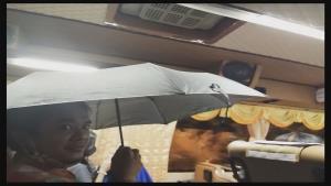 ผู้โดยสารโวยซื้อตั๋ว 700 บาทนั่งกลับมุกดาหาร เจอฝนตกน้ำรั่วจากหลังคาต้องกางร่ม