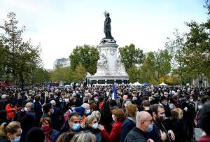 ผู้คนไปชุมนุมกันที่จัตุรัส ปลาซ เดอ ลา รีพับลิก ในกรุงปารีส ตั้งแต่ช่วงบ่ายวันอาทิตย์ (18 ต.ค.) เพื่อแสดงความสนับสนุนเสรีภาพในการแสดงความคิดเห็นและรำลึกอาลัยครูสอนหนังสือชาวฝรั่งเศส ผู้ถูกสังหารที่หน้าโรงเรียนของเขาในวันศุกร์ (16)